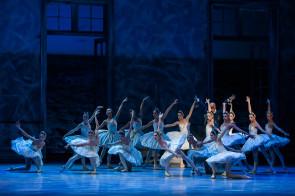 Il Lago dei cigni di Christopher Wheeldon. Al Teatro dell'Opera di Roma una versione Belle Époque.