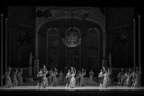 Il Corpo di ballo del Teatro San Carlo di Napoli in Cenerentola di Giuseppe Picone