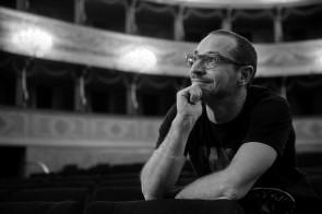 Lirica e innovazione. Il regista Francesco Micheli smonta e rimonta opere per scovare storie nascoste.