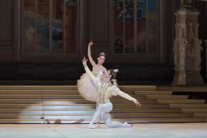 Cenerentola di Giuseppe Picone al Teatro San Carlo di Napoli: essenzialità narrativa e nuova resa dei personaggi per un Corpo di ballo in crescita