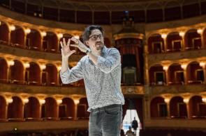 Damiano Michieletto al Teatro dell'Opera di Roma per Viaggio a Reims di Rossini: prevista sulla capitale voglia contagiosa e incontenibile di opera lirica.