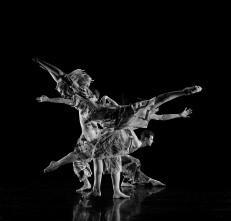 Candoco Dance Company con Set and Reset/Reset di Trisha Brown e Face in di Yasmeen Godder a Oriente Occidente e Torinodanza