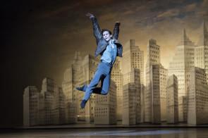 Con un trittico firmato Wayne Mcgregor, Liam Scarlett e Christopher Wheeldon il Royal Ballet celebra il centenario della nascita di Leonard Bernstein. Al cinema.