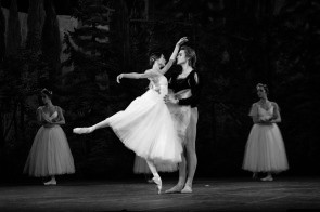 Con Svetlana Zakharova e Denis Rodkin il Corpo di ballo del Massimo ha collezionato un successo con Giselle di Ricardo Nuñez al Teatro di Verdura