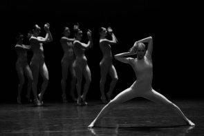 La Gauthier Dance al Regio di Torino in Uprising di Hofesh Shechter, Killer Pig di Sharon Eyal e Gai Behar, Minus 16 di Ohad Naharin