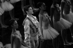 Roberto Bolle Danza con me. Standing ovation per il nostro principe della danza su Rai Uno.