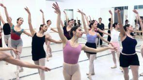 La compagnia Bellini Junior Ballet ne Il Lago dei Cigni al Teatro Bellini di Catania
