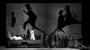 Al Teatro dell'Opera di Roma La Sonnambula di Bellini: l'inconscio di Amina sulle montagne russe del belcanto.