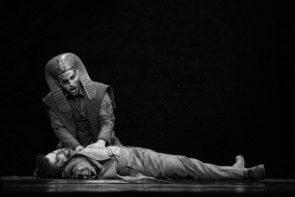 Mosè in Egitto di Rossini al Teatro San Carlo di Napoli. Ebrei ed egiziani contrapposti come la bellissima esecuzione e la modesta regia.