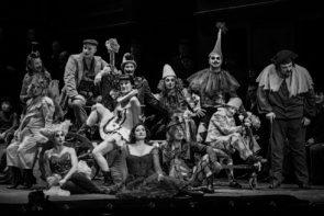 Hater e fedelissimi si scontrano per il regista Pippo Delbono al Teatro dell'Opera di Roma: una centrifuga di emozioni come sui social network.