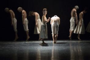 La grande danza al Teatro Massimo di Palermo. In scena Sin lo cual no di Gentian Doda, Duende di Nacho Duato e Sechs Tänze di Jiri Kylián