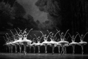 Al Teatro San Carlo Il lago dei cigni. Protagonisti Marianela Nuñez e Vadim Muntagirov, Maia Makhateli e  Alessandro Staiano