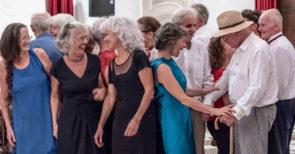Al Teatro Civico di Schio Oro. L'arte di resistere di Francesca Foscarini e Cosimo Lopalco con i danzatori di Dance Well di Bassano