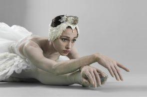 Il Lago dei Cigni di Ricardo Nuñez con Maia Makhateli, Alessandro Staiano e il Corpo di ballo del Teatro San Carlo sul canale Youtube del Comunale di Bologna