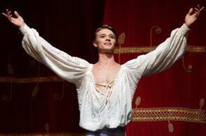 I Primi Ballerini della Scala live con il Direttore del Corpo di Ballo Frédéric Olivieri sulla pagina Facebook del Teatro in occasione della Giornata Mondiale della Danza